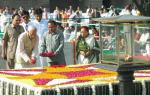 Shri M. Hamid Ansari, Vice President of India, paying floral tributes to the Father of the Nation Mahatma Gandhi on his 138th birth anniversary, at his Samadhi at Rajghat, in Delhi on October 02, 2007
