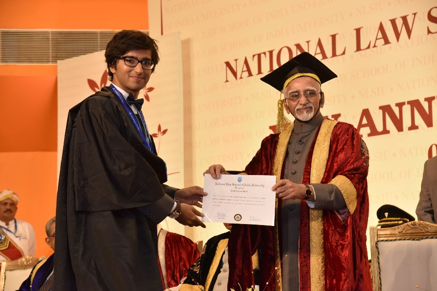 Shri M. Hamid Ansari, Hon'ble Vice President of India presenting awards to the meritorious students at the 25th Annual Convocation of National Law School of India University, in Bengaluru on August 06, 2017.
