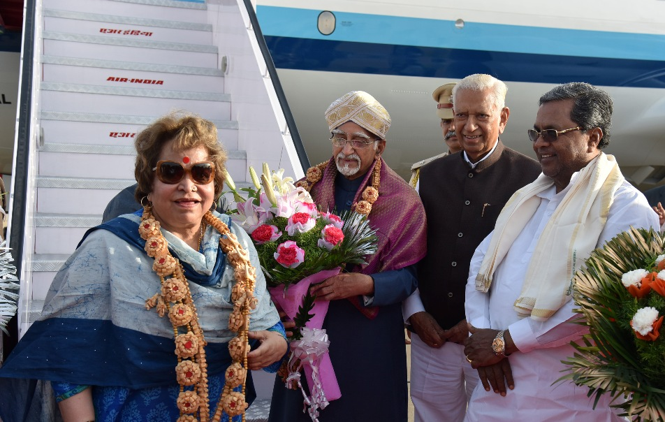 Shri M. Hamid Ansari, Hon'ble Vice President of India and Smt. Salma Ansari being welcomed by the Governor of Karnataka, Shri Vajubhai Vala and the Chief Minister of Karnataka, Shri Siddaramaiah, on their arrival, in Bengaluru on August 05, 2017.